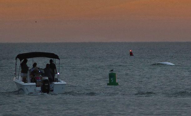 Vene makaa kaatuneena hiekkasärkällä Madeira Beachin edustalla Floridassa.