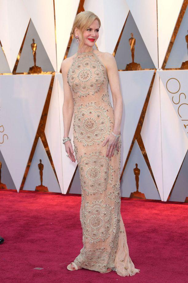 Nicole Kidmanin puku nuoli näyttelijän vartaloa.