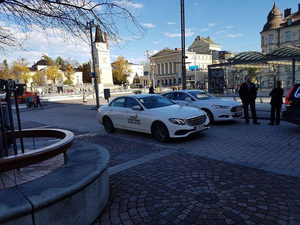 Tampereen keskustorin taksitolpalla päivystäneet kuljettajat ihmettelevät miksi valvontakamerat on poistettu paikalta.