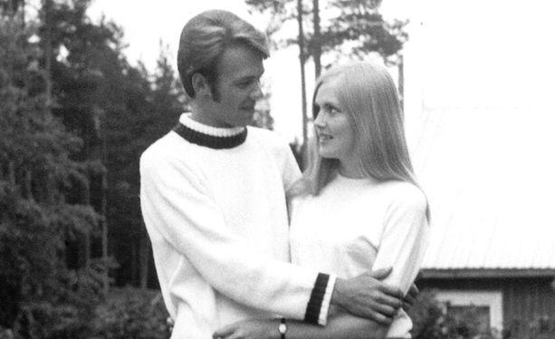 Kari Tapio ja Pia Viheriävaara kihlajaiskuvassaan 60-luvulla.