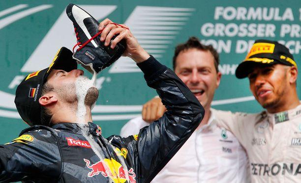 Daniel Ricciardo repäisi kakkossijan kunniaksi.