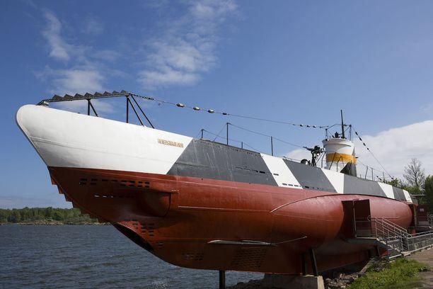Massiivinen Hirsiarkku-Pate on nyt meren pohjassa sukellusvene Vesikon kohdalla.