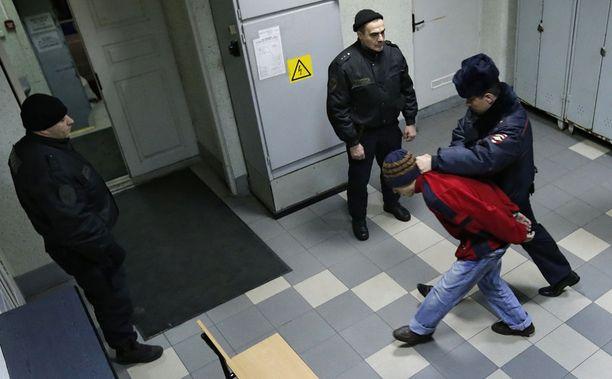 Pietarin metroiskusta epäiltyä miestä viedään oikeuteen huhtikuussa 2017. Häntä ja seitsemää muuta epäiltiin terrori-iskusta.