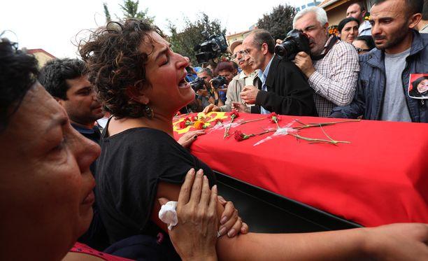 Ankarassa omaiset surivat rauhanmarssin iskun uhrien hautajaisissa.