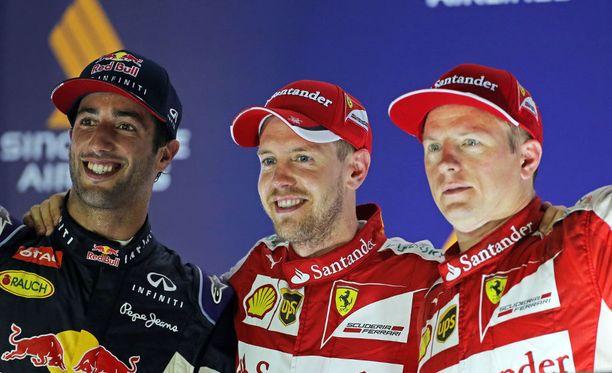 Sebastian Vettel juhli vuoden 2015 Singaporen GP:n palkintokorokkeella parhaina pitämiensä tallikaverien, Daniel Ricciardon ja Kimi Räikkösen, kanssa.