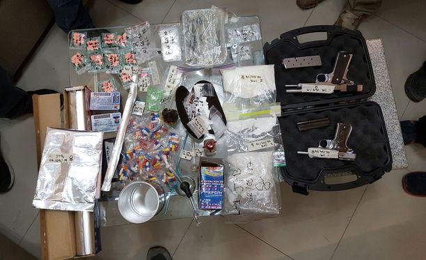 Poliisin ratsiassa löydettiin huumeita ja tuliaseita. Suomalaisnainen oli paikalla, kun poliisit iskivät asuntoon.
