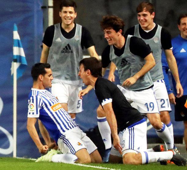 Juanmi tuulettaa 2-0-maalia yhdessä joukkuekavereidensa kanssa.