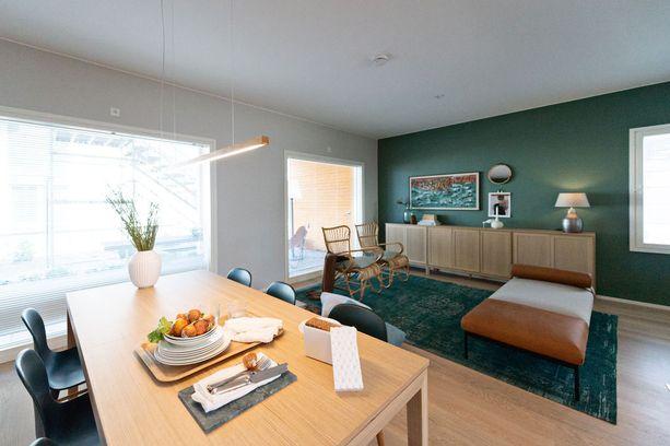 Rottinkinojatuolit sopivat täydellisesti tähän vihreää olohuoneeseen.