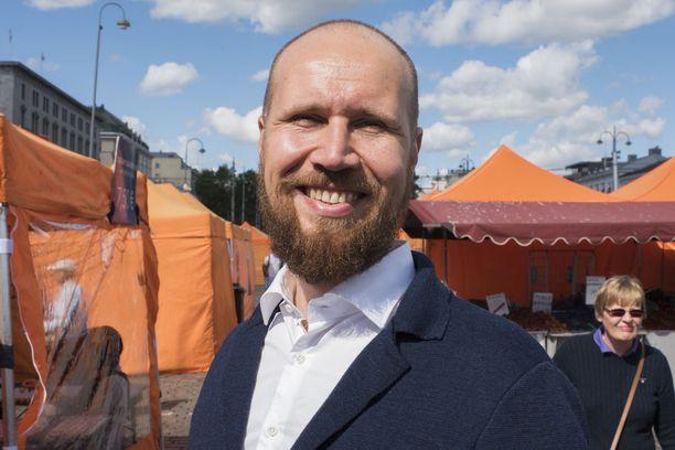 Vihreiden puheenjohtaja Touko Aalto kehui Aino Pennasen toimia.