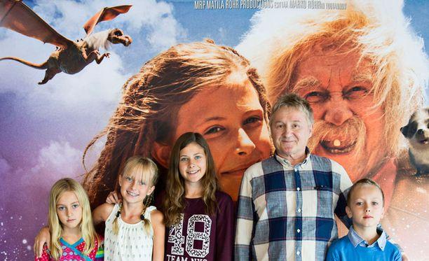 Rölli ja kaikkien aikojen salaisuus -elokuvan lapsinäyttelijöistä Elsa Vega Nehvonen, Nea Willström ja Samuel Perez Nenonen löytyivät koekuvauksen kautta Aurinkorannikon Suomi-koulusta. Tuppuraisen vasemmalla seisova Linnéa Röhr näytteli Juurakko-tyttöä jo edellisessä Röllissä.