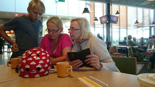Ritva kuuli Pokemon Go -pelistä alun perin tyttäreltään. Mukana Pokemon-jahdissa ovat olleet myös lapsenlapset.