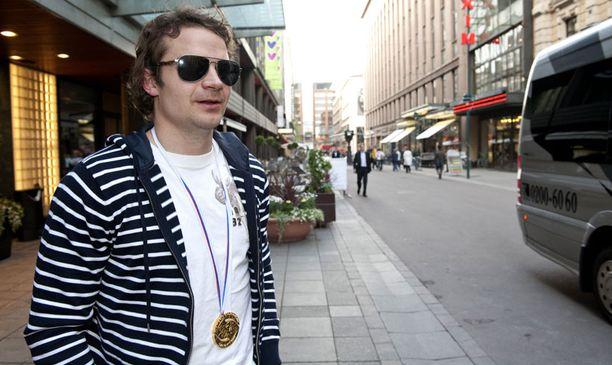 Finaalissa yhden voittomaaleista laukonut Janne Pesonen kertoi Leijonien suunitelmista hotelli Kämpin edessä Helsingin keskustassa.