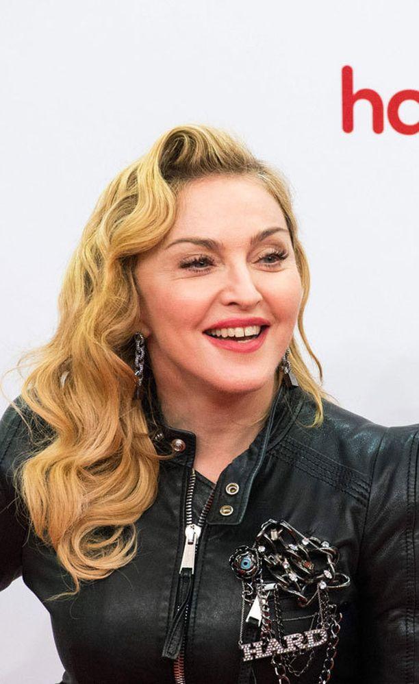 Madonnan kasvot näyttävät oudon turvonneilta ja silmät venytetyiltä.