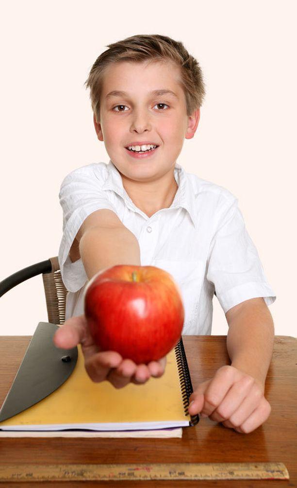 Oppilaan samanlainen luonne voi saada opettajan yliarvioimaan hänen koulumenestyksensä.