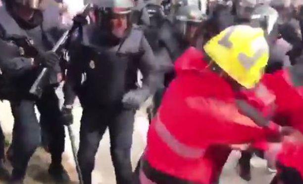 Poliisit eivät antaneet armoa palomiehillekään.