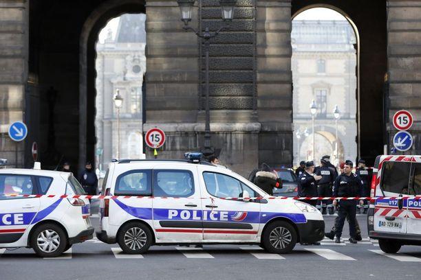 Poliisit vartioivat Carrousel du Louvren läheisyydessä, missä viidakkoveitsimiestä ammuttiin.