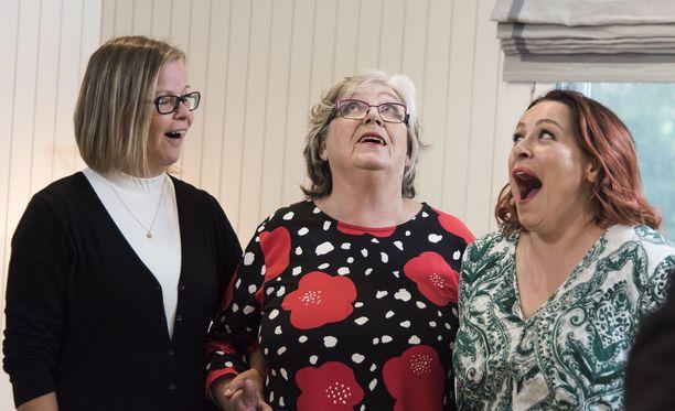 Anna on Erinin Vesa-puolison sisko ja Ritva Vesan – ja tietysti Annan - äiti. Oikealla mökkinsä uudesta ilmeestä riemastunut Erin.