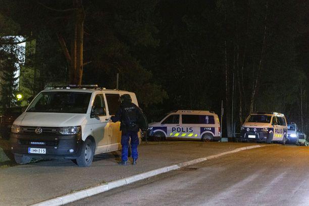 Poliisi piiritti kotkalaista kerrostaloa perjantain ja lauantain välisenä yönä.