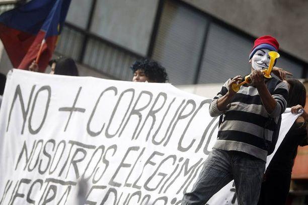 Opiskelijat vaativat ilmaisia korkeakouluopintoja ja korruption loppumista.
