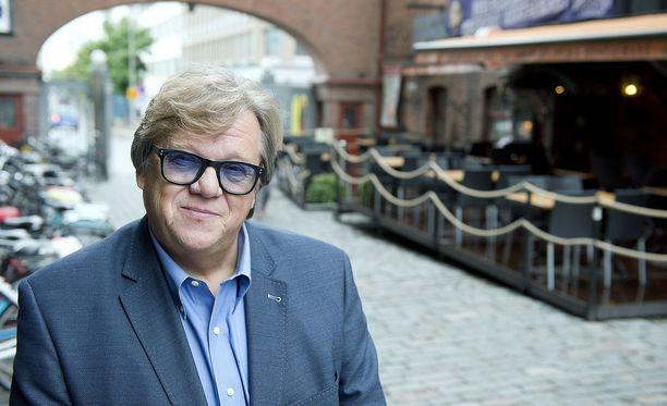 Aikanaan toimittajanakin työskennellyt Mikko Alatalo kertoo tehneensä eduskunnassa paljon työtä YLE:n rahoituksen vakauttamiseksi sekä myös itsenäisten paikallisradioiden olemassaolon puolesta
