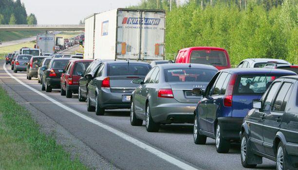 Autoilijoiden juhannussuunnitelmia sotkevat myös tietyöt, joita on meneillään monilla Suomen pääteillä.
