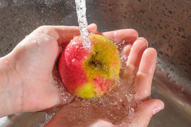 Omenoita ei tarvitse kuoria, mutta peseminen kyllä kannattaa ehdottomasti.