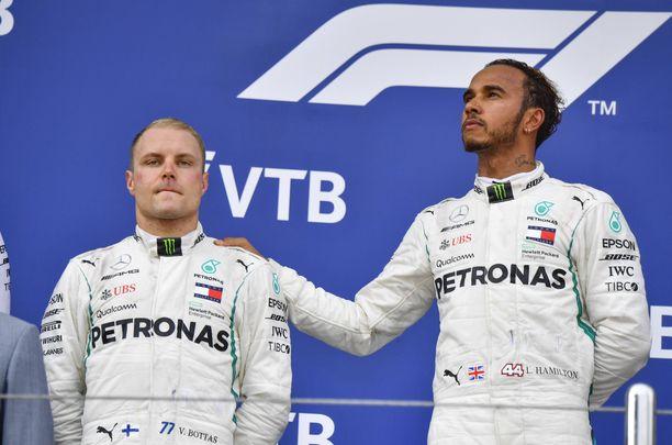 Valtteri Bottasta ei hymyilyttänyt Sotshin GP:n palkintopallilla eilen.