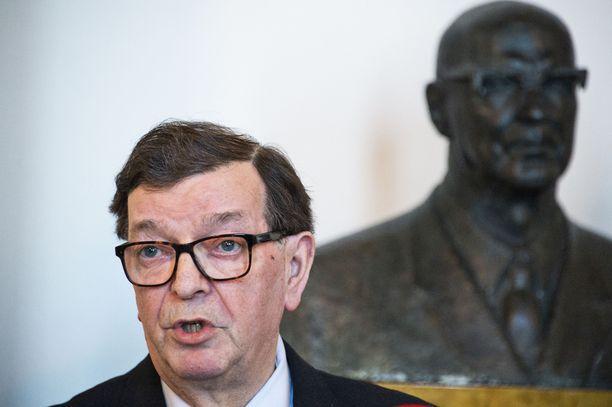 Iltalehti kuvasi Paavo Väyrysen (kesk) eduskunnan valtiosalissa viime elokuussa. Taustalla hänen poliittisen esikuvansa, presidentti Urho Kekkosen rintakuva.
