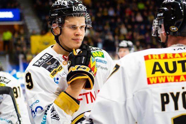 Jesse Puljujärvi laittoi kroppansa likoon ottelun viimeisillä sekunneilla.