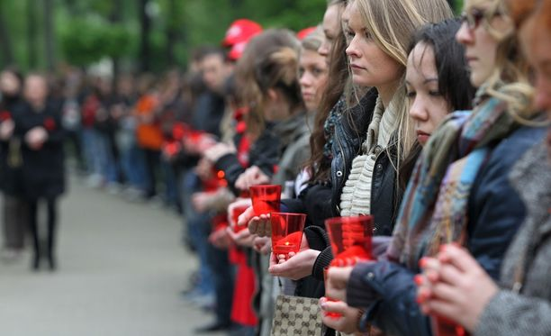 Ihmiset osallistuivat aidsin vastaiseen kynttilämielenosoitukseen Moskovassa. Arkistokuva.