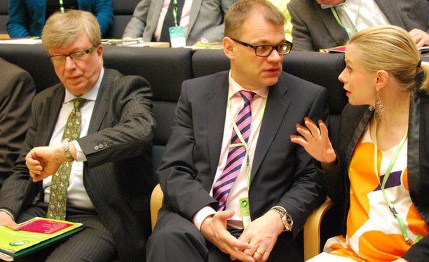 Puoluesihteeri Timo Laaninen katseli kelloaan, kun puolueen puheenjohtaja Juha Sipilä keskusteli europarlamentaarikko Riikka Mannerin kanssa.