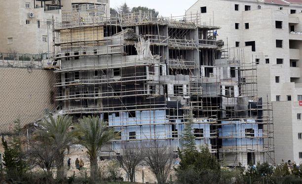 Israelissa parlamentti on hyväksynyt kiistellyn lain, joka laillistaa kymmenet juutalaissiirtokunnat, jotka on rakennettu miehitetylle Länsirannalle.