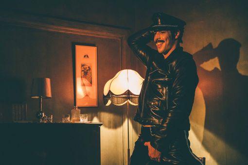 Ruotsalaisnäyttelijä Niklas Hogner näyttelee Tom of Finlandin Kake-hahmoa Dome Karukosken elokuvassa.
