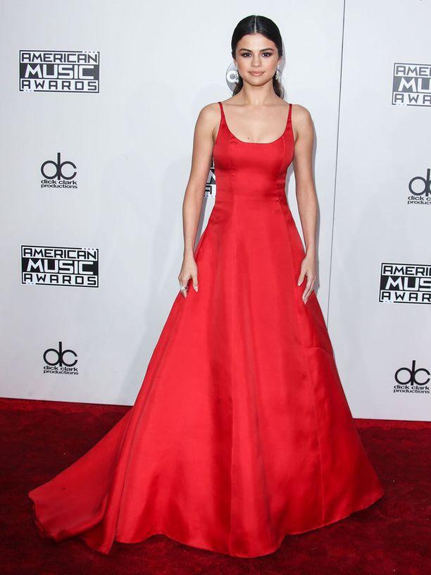 Selena Gomezin yksinkertainen iltapuku imartelee atleettista vartaloa.