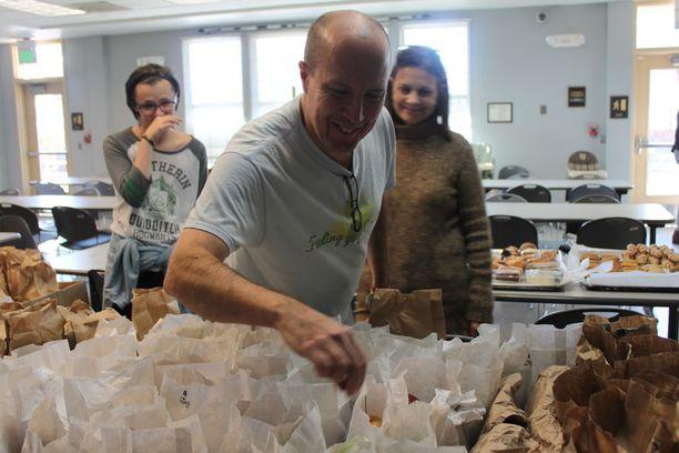 Tony Bishop, Tad Bishop ja Gale Saccarelli kokosivat 127 kevyttä ateriaa paperipusseihin. Lämpimän keittölounaan jälkeen autettavat voivat viedä voileivän ja hedelmää iltapalaksi.