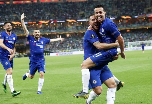 Eden Hazard otti Chelsean kolmannen maalin tehneen Pedron syleilyynsä.
