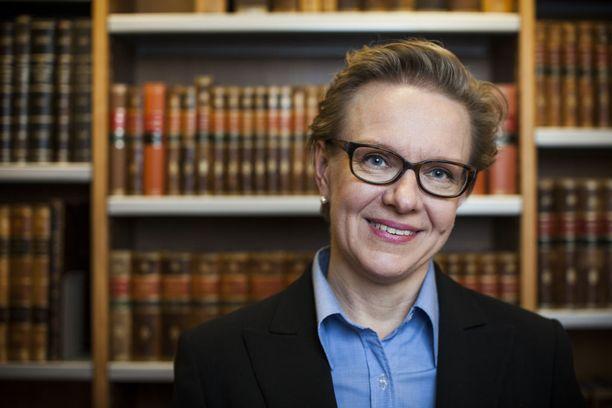 SDP:n entinen kansanedustaja Päivi Lipponen, 50, on nostanut samaan aikaan sopeutumiseläkettä, toiminut opettajana ja autellut miestään Paavo Lipposta tämän konsulttiyhtiössä omistaja-toimitusjohtajana.