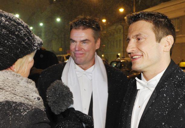 Kiekkomiesten hymy ei hyytynyt pyrystä huolimatta Linna-jonossa.