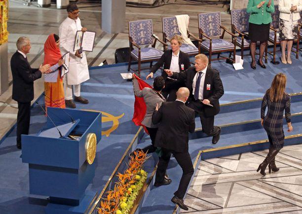 KESKEYTYS Nuorukainen yllätti kesken Nobel-seremonian.