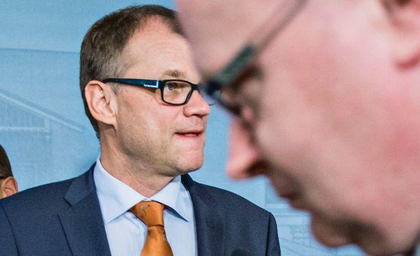 Pääministeri Juha Sipilä (kesk) tarkentaa, että kilpailutus koskisi aluksi vain VR:n jättämiä rataosuuksia.