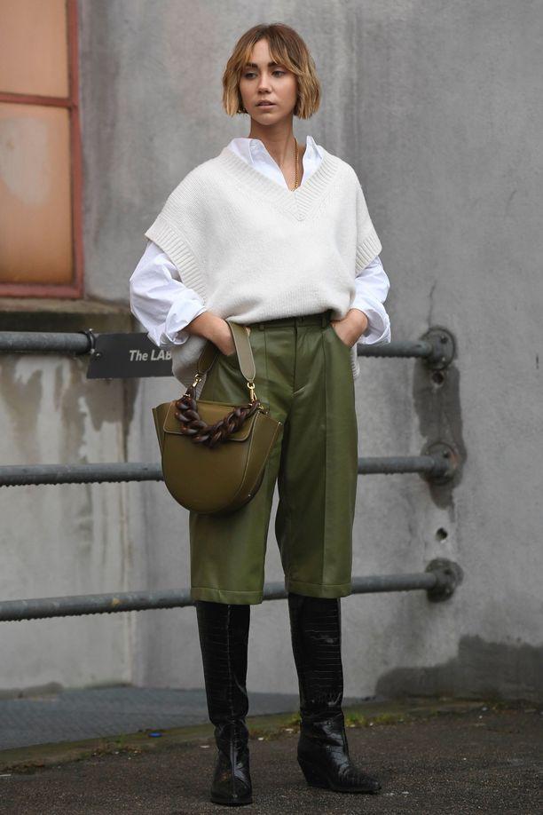 Lisa Olsson yhdistää väljän liivin paitapuseroon ja nahkahousuihin. Sama väri tekee lookista yhtenäisen.