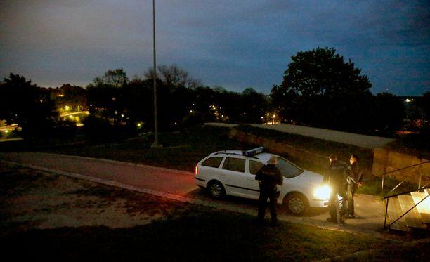 Poliisi löysi Kaivopuistosta vain yhden väsyneen kulkijan, jonka auttoivat hereille.