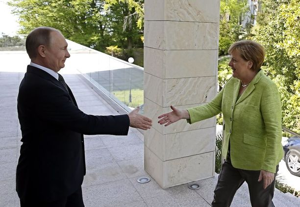 Kaksi maailman vaikutusvaltaisimpiin kuuluvaa johtajaa tapasivat, kun Vladimir Putin otti Angela Merkelin vastaan Sotshissa tänään.