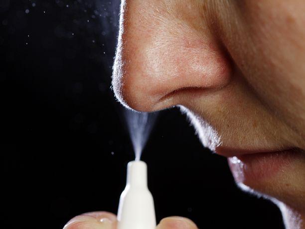 Nenäsuihke suojaa tartunnalta. Kuvituskuva.