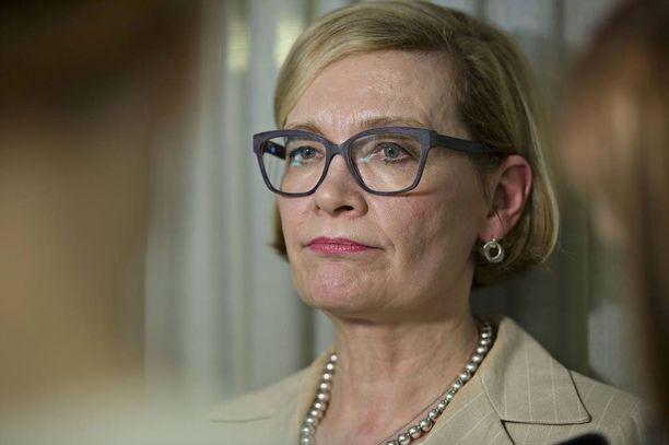 """Sisäministeri Paula Risikon (kok) mukaan Suomi on selviytynyt kielteisen turvapaikkapäätöksen saaneiden henkilöiden palautuksista lähtömaihinsa """"suhteellisen hyvin""""."""
