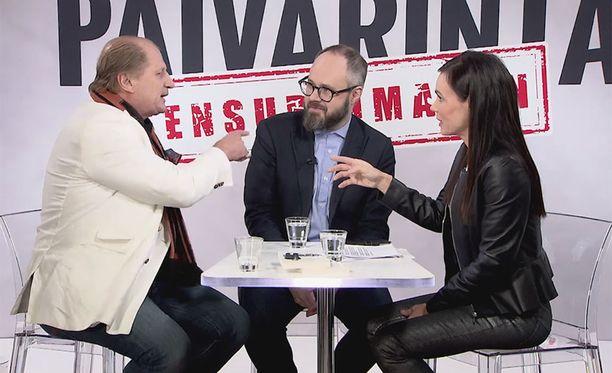 Juhani Tamminen (vas.) haastoi Tuomas Enbusken fyysiseen mittelöön marraskuussa IL-TV:n Sensuroimaton Päivärinta -ohjelmassa.
