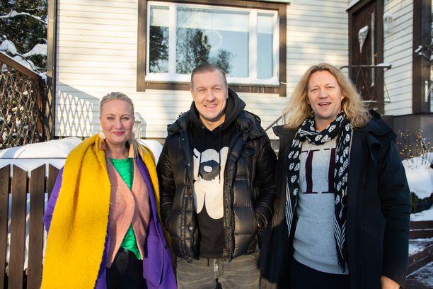 Laura Elo, Niklas Hagman ja Jukka Hildén kunnostavat rintamamiestalon ullakon uuteen uskoon.