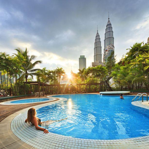 Kattouima-allas Malesian Kuala Lumpurissa. Uinnin ohella voi ihmetellä Petronas Towers -tornitaloja.