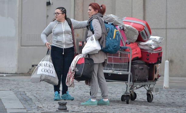 Turistit lähdössä Istanbulista, jossa tehtiin viikko sitten itsemurhaisku.