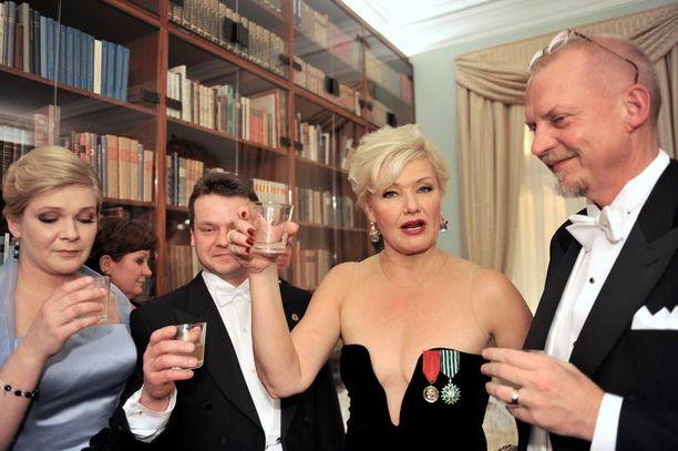 Iloinen seurue Karita Mattila, aviomies Tapio Kuneinen ja Pekka ja Hanna Päivärinta juhlivat yhdessä jatkoilla kello 04:ään. Seurue oli tutustunut toisiinsa vasta Linnassa.